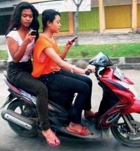 Pentingnya Menggunakan Helm Bagi Pengendara Motor Perempuan